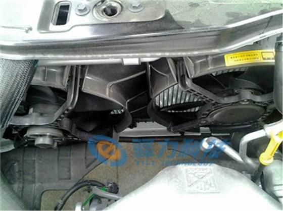 """汽车电子散热风扇不再由发动机驱动,而是电控,因此当出现汽车电子散热风扇不转问题的时候,一般都是汽车电子散热风扇电子元器件出现故障。  在分析解决汽车电子散热风扇不转问题之前,我们首先要弄明白汽车电子散热风扇控制方式。只有明白了其工作原理才能找到故障根本原因并对症下药。汽车电子散热风扇常见的散热方式主要有三种:第一种是""""热敏电阻开关+继电器""""控制方式,第二种是""""水温感应塞+车用电脑ECU""""控制方式,第三种是""""温度传感器+独立ECU""""控制"""